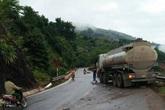 Xe tải va chạm với xe bồn chở xăng, 2 người mắc kẹt trong cabin