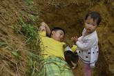 Khó cầm được nước mắt cảnh cha ôm con chơi đùa trong mộ, mẹ giữ thi thể con suốt 3 tuần