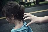 Trên đường đi học, bé gái bị bắt cóc, hãm hiếp và ném xuống hố
