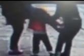 Bố nhanh trí đá vào chỗ hiểm của kẻ bắt cóc để bảo vệ con gái