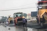 """Quảng Ninh: Công nhân """"hồn nhiên"""" rải nhựa đường giữa trời mưa"""