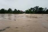 Ghê rợn cảnh lũ cuồn cuộn băng qua tràn ở Hương Sơn
