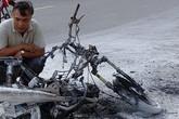 Một phụ nữ suýt thành 'ngọn đuốc' khi xe máy cháy trơ khung