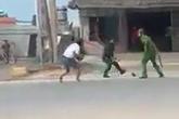Xôn xao clip nhóm thanh niên tấn công hai cảnh sát ở Quảng Ninh