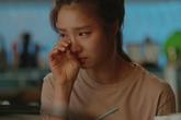 Cô gái khóc ròng khi cầm trên tay quyển nhật ký của người yêu cũ