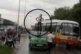 Thực hư thiếu nữ ngáo đá nhảy múa trên nóc xe taxi ở Hải Dương