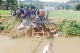 """Hậu Lộc (Thanh Hóa): Dân """"bò"""" qua kênh bằng thang sắt"""
