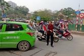 """Người phụ nữ 10 năm """"điên"""" với giao thông Hà Nội"""
