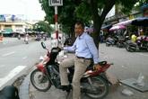 Nhà nghèo, nuôi vợ bệnh vẫn chạy xe ôm miễn phí giúp người