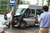 Xe khách đâm gãy cột điện, nhiều hành khách thoát chết