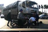 HI HỮU: Cụ bà may mắn thoát chết khi bị cuốn vào gầm xe tải