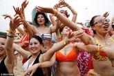 Quý bà U60 diện bikini nóng bỏng khiến dân mạng phát sốt