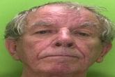 Cụ ông 75 tuổi đi tù vì tấn công tình dục các nữ sinh bằng cách phun chất dịch cơ thể lên tóc của họ