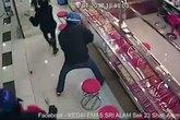 Nhóm cướp dùng búa tạ đập tủ kính tiệm vàng nhưng không vỡ