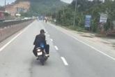 Bức xúc 2 thanh niên đi xe máy đầu trần, đánh võng chèn ép xe khách