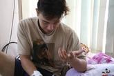 Đông Hùng nằm trên giường bệnh, gắng cười, chia sẻ về mối quan hệ với mẹ
