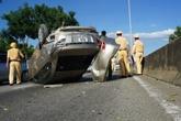 Đà Nẵng: Ô tô 4 chỗ lật ngửa giữa đường sau va chạm với xe tải