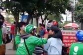 Tranh giành khách, xe ôm và tài xế Grabbike lại hỗn chiến ở Hà Nội