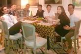 Hồ Ngọc Hà tình tứ ngồi trong lòng Kim Lý ngay giữa bàn tiệc với bạn bè đầu năm mới
