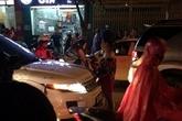 Hà Nội: Bắt quả tang chồng cùng tình nhân, vợ ôm con nhỏ gào khóc, chửi bới rồi ngất lịm giữa đường vì