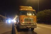 TP.HCM: Chạy xe máy ngã văng vào làn ô tô bị xe container tông trúng