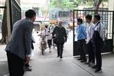Hà Nội: Thầy hiệu trưởng ra cổng trường cúi chào học sinh mỗi sáng và sau giờ tan học