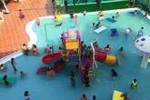 Cháu bé 9 tuổi chết đuối trong hồ bơi đông người