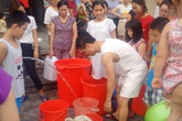 Hàng nghìn cư dân HUD3 xếp hàng chắt từng xô nước sạch