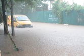 Bão số 2 đổ bộ, nhiều công sở, bệnh viện Hà Nội ngập úng