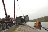 Va chạm kinh hoàng, xe container lao xuống mương, 2 người chết thảm