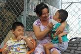 Mồ côi cha, đứa lớn bị bại não, đứa nhỏ đi không được, bám víu trên vai mẹ tật nguyền mưu sinh giữa Sài Gòn