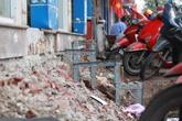 """Hà Nội: Trót lấn chiếm vài bậc tam cấp, người dân giờ khổ vì """"chiến dịch"""" đòi lại vỉa hè"""