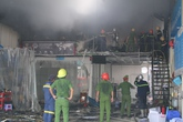 Đà Nẵng: Gara ô tô bất ngờ bốc cháy dữ dội