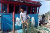 """Ngư dân hoang mang vì hàng trăm triệu bị """"bùn lạ"""" nhấn chìm"""