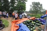 Xe tải chở dưa bị lật, người dân thu gom mua giúp cho tài xế