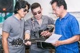 Danh ca Chế Linh đánh trống, hướng dẫn 2 con trai tập nhạc