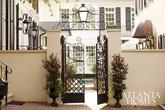 Ngôi nhà phong cách cổ điển giản dị nhưng quyến rũ từ cánh cửa trở đi