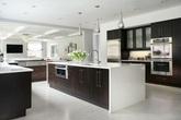 Những căn bếp đẳng cấp sử dụng chất liệu gỗ sẫm màu