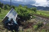 Xe tải bẹp dúm sau va chạm với tàu hỏa, 3 người thương vong