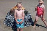 Chụp ảnh với vật thể kỳ lạ trên biển, vài ngày sau gia đình tá hỏa phát hiện sự thật rụng rời