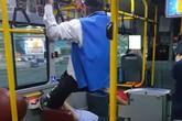 Chiếm ghế trên xe bus, chàng trai bị ông lão 70 tuổi sút vào mặt