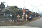 Cảnh sát giao thông tỉnh Quảng Ninh xúc cát ngăn vết dầu loang trên đường