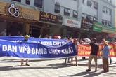 Giữa nắng gắt, cư dân căng băng rôn đòi Tập đoàn Mường Thanh cấp nước