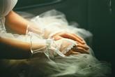Hơn 10 năm mới mở món quà cưới đặc biệt của mẹ chồng, con dâu ôm mặt khóc nức nở