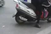 Người phụ nữ la mắng, tát con gái giữa ngã tư đường tại Hà Nội gây bức xúc
