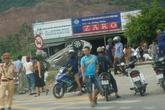 Nghệ An: Xế hộp bị tàu hỏa tông nát tươm, 4 người thương vong