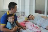 """Giây phút """"run cầm cập"""" của ông chồng đỡ đẻ cho vợ trước sảnh bệnh viện"""