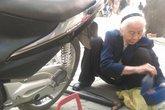 Những phận đàn bà thị thành (7): Cụ bà 88 tuổi vá xe máy ở Đê La Thành