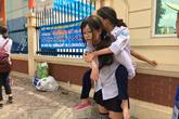 Nữ sinh Hà Nội cõng bạn đi thi, leo 5 tầng lầu