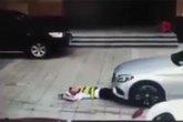 Tài xế chồm xe qua người bảo vệ để vào bãi đỗ